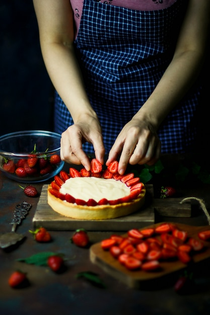 Proces om scherp met aardbeien te maken Gratis Foto