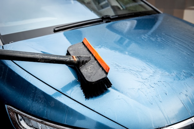 Proces van autowassen met schuimborstel. Premium Foto