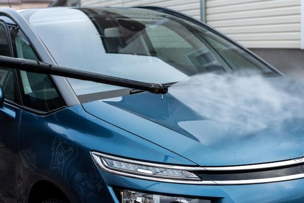 Proces van autowassen met water onder hoge druk. Premium Foto