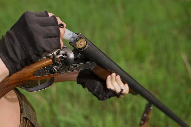 Proces van het laden van shotshell in jachtgeweer met dubbele loop Premium Foto