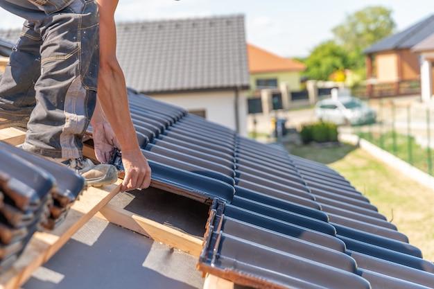 Productie van daken van keramische tegels op een gezinswoning Premium Foto
