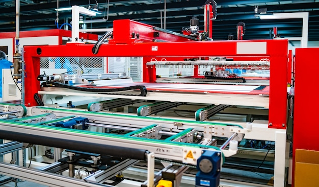 Productie van zonnepanelen. groene energieconcept. moderne productiefabriek of fabriek Premium Foto