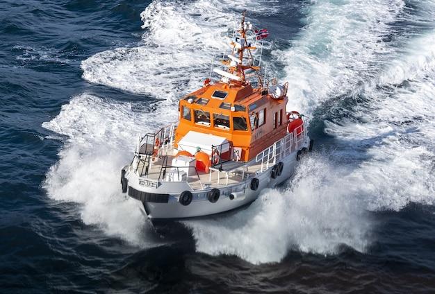 Proefboot in beweging op een zonnige dag in noorwegen Gratis Foto