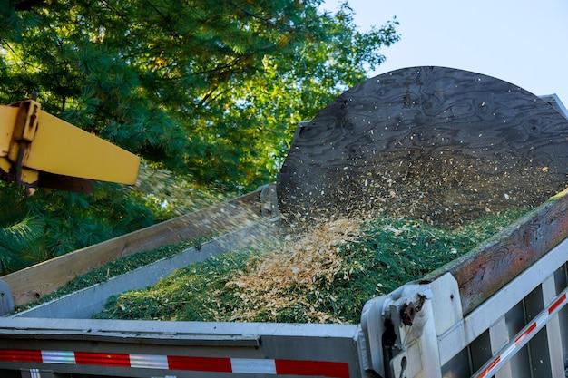 Professioneel een houtversnipperaar op het werk machine shredder geplaatst om te versnipperen Premium Foto
