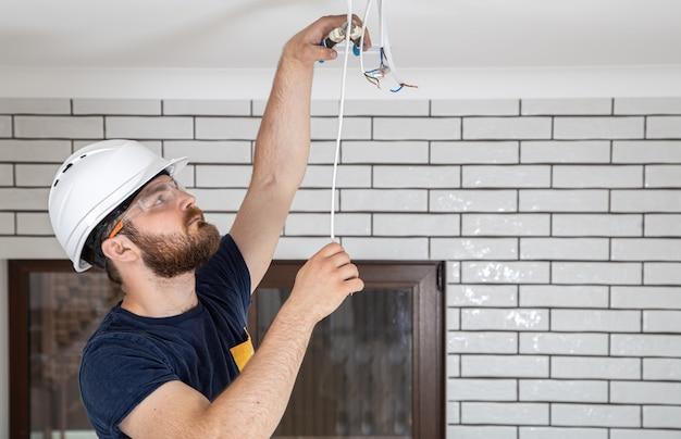 Professioneel in overall met gereedschap op de achtergrond van de reparatielocatie. home renovatie concept. Gratis Foto