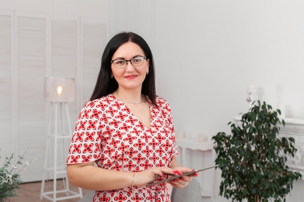 Professionele arts psycholoog met een bril in een heldere kantoor met een tablet Premium Foto