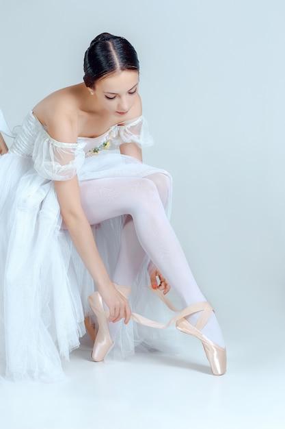 Professionele ballerina zetten haar balletschoenen Gratis Foto