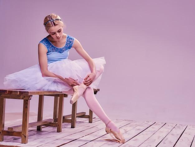 Professionele ballerina zetten haar balletschoenen. Gratis Foto