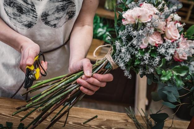 Professionele bloemisten die bloemenboeketten maken Premium Foto