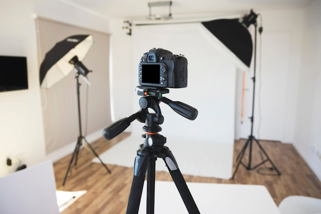 Professionele camera op een statief in moderne fotostudio Gratis Foto