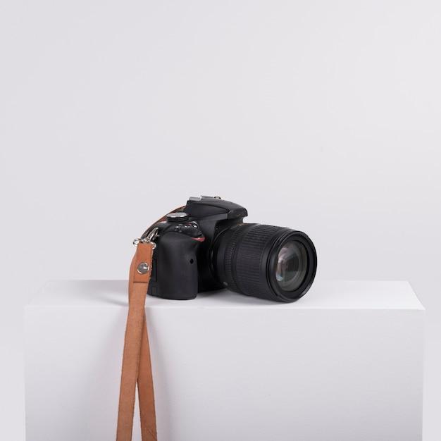 Professionele camera op witte doos Gratis Foto
