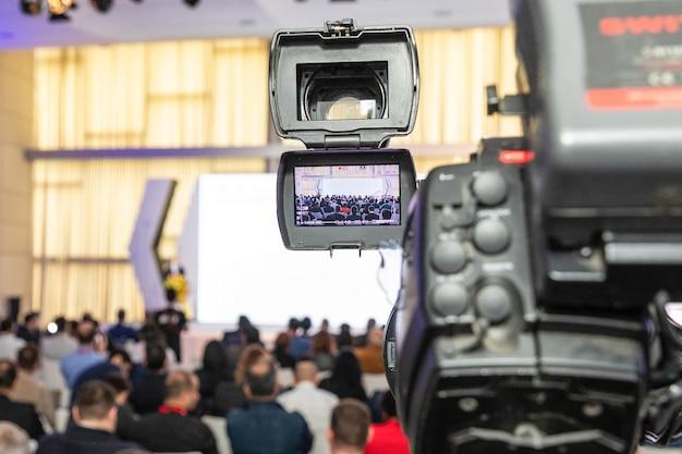 Professionele digitale camera video-opname in zakelijke vergaderruimte Premium Foto