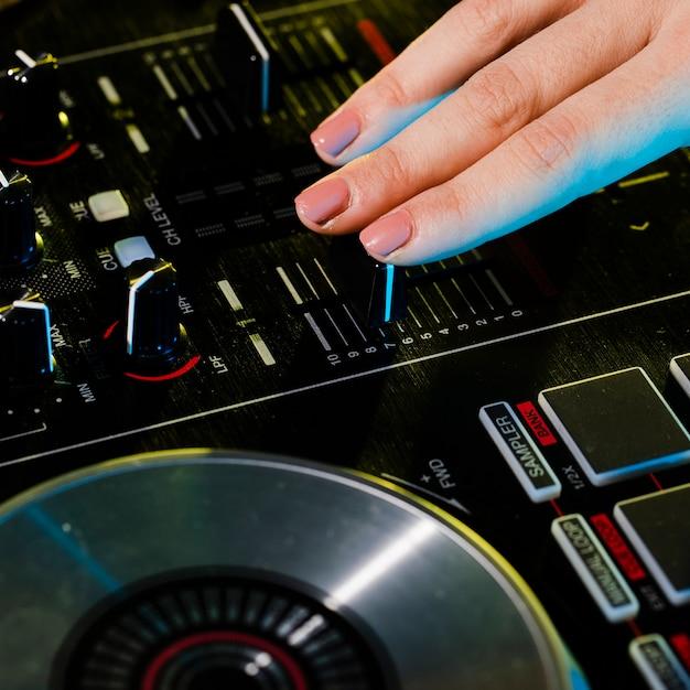 Professionele dj-mixer met hoge hoek Gratis Foto
