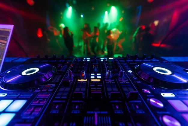Professionele dj-mixercontroller voor het mixen van muziek in een nachtclub Premium Foto