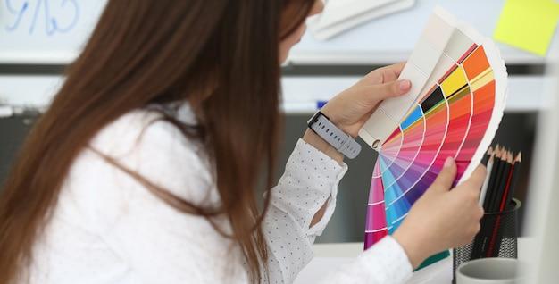 Professionele en getalenteerde kunstenaar met kleurenschema Premium Foto