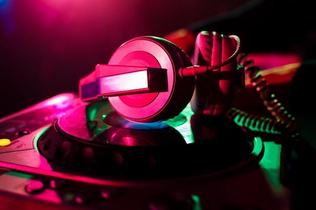 Professionele hoofdtelefoon en mixer dj voor muziek in nachtclub Premium Foto