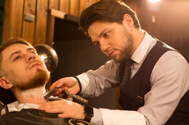 Professionele kapper die bij zijn herenkapper werkt Premium Foto