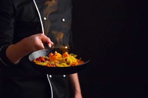 Professionele kok en vuur. Premium Foto
