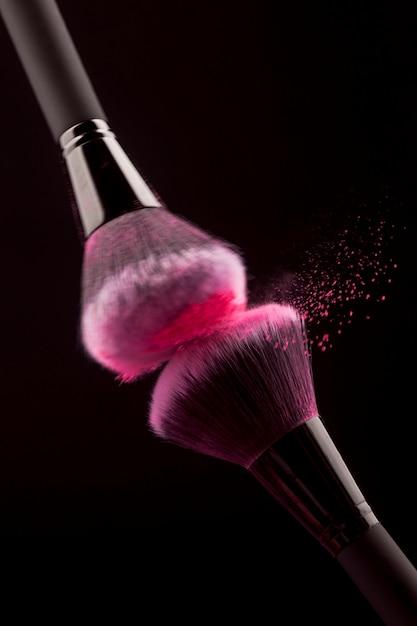 Professionele make-upborstels wrijven met roze poeder Gratis Foto