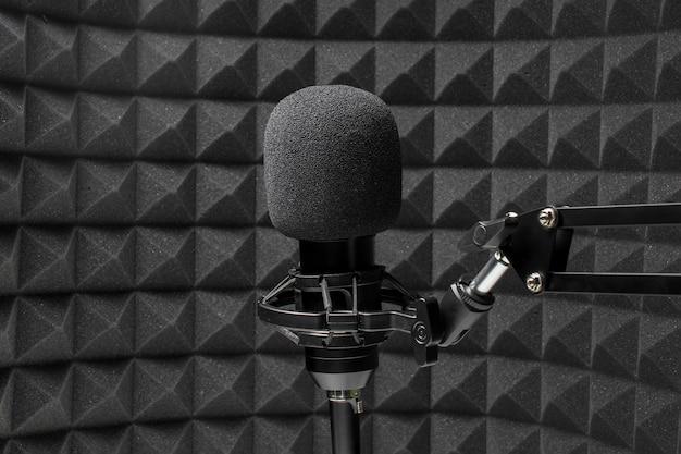 Professionele microfoon voor akoestisch isolatieschuim Premium Foto