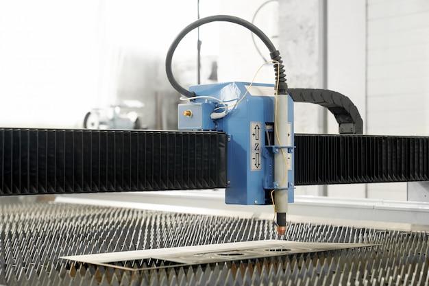 Professionele moderne plasmasnijder op metalen fabriek Gratis Foto