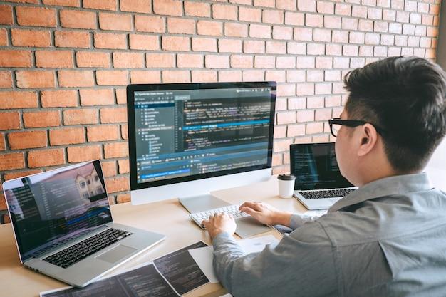 Professionele ontwikkelaar programmeur werkt een software website-ontwerp en coderingstechnologie Premium Foto