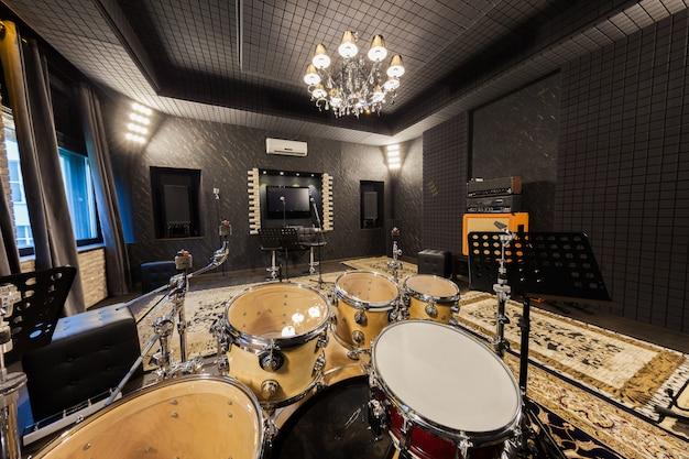 Professionele opnamestudio met muziekinstrumenten Premium Foto