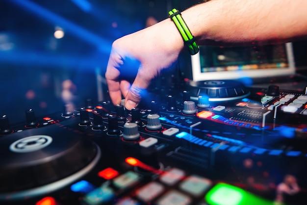 Professionele panel dj-mixer met handbediening voor het mixen van muziek in nachtclub Premium Foto