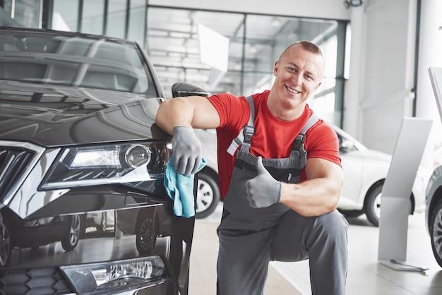 Professionele reiniging en carwash in de autoshowroom. Gratis Foto