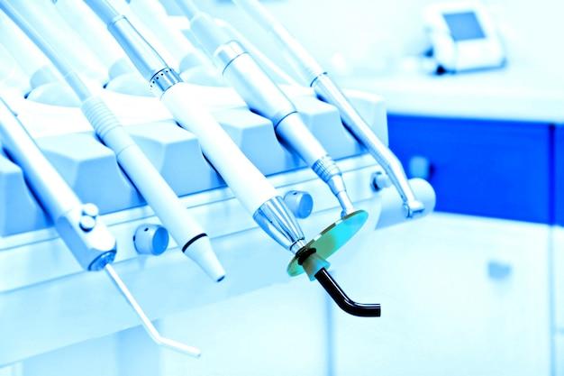 Professionele tandarts hulpmiddelen in het tandheelkundige kantoor. Gratis Foto