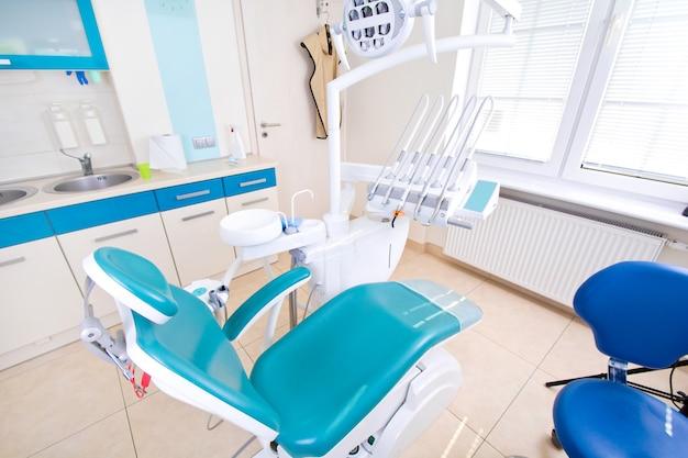 Professionele tandartshulpmiddelen in de tandartspraktijk. Premium Foto