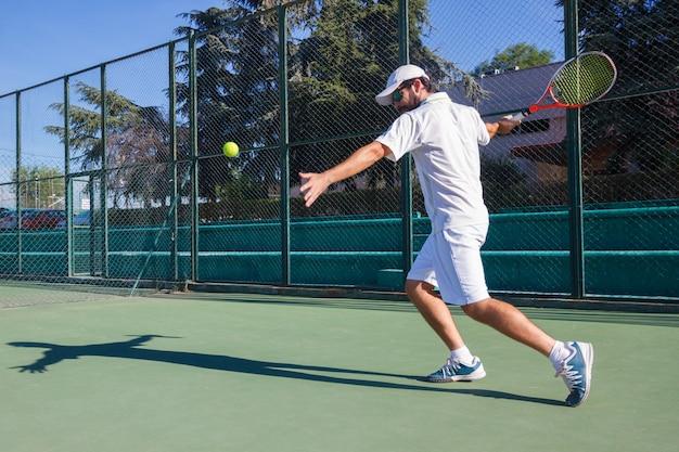 Professionele tennisspeler spelen op tennisbaan. Premium Foto