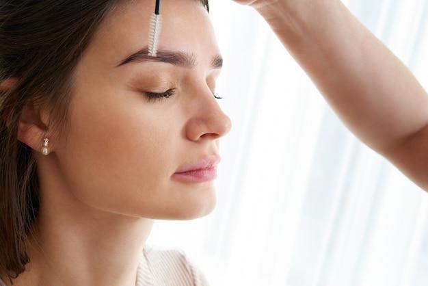 Professionele wenkbrauwcorrectie in de schoonheidssalon van de spa Premium Foto