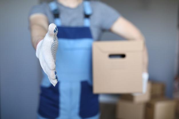 Professionele werknemer in uniforme handdruk Premium Foto