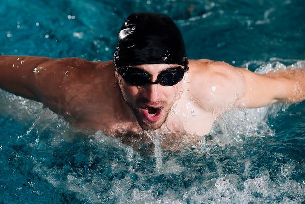 Professionele zwemmerspraktijk onder een hoge hoek Gratis Foto
