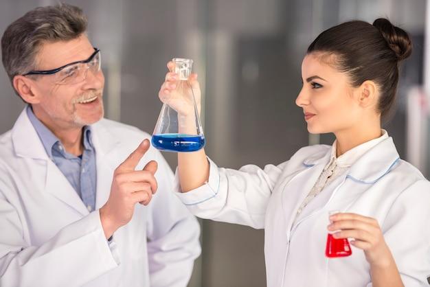 Professor en zijn assistent werkzaam in laboratorium. Premium Foto