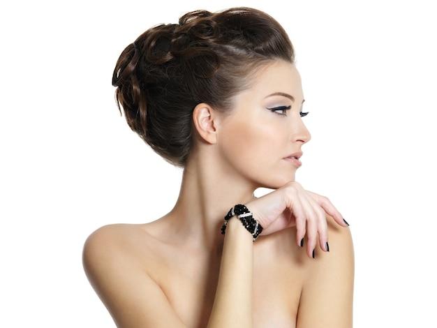 Profiel portret van het mooie jonge meisje met krullend kapsel - Gratis Foto