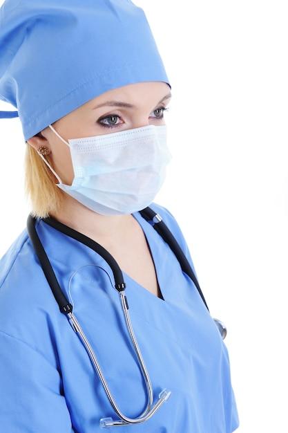 Profiel portret van vrouw chirurg in medisch masker op gezicht Gratis Foto