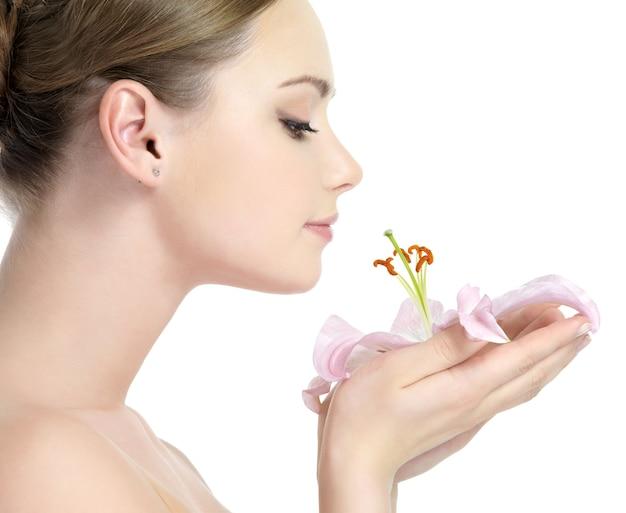 Profiel van :: mooi jong meisje dat de bloem ruikt Gratis Foto