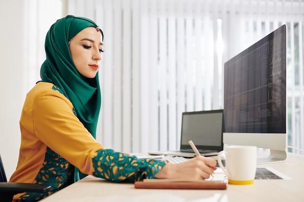 Programmering moslimvrouw Premium Foto