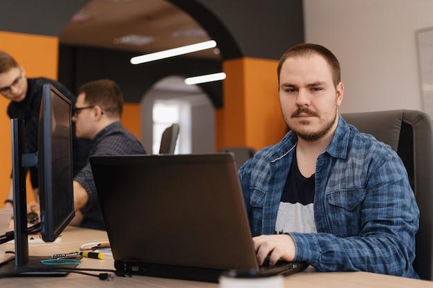Programmeur bezig met desktop pc programmeercode Gratis Foto