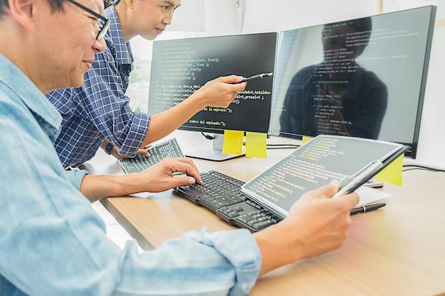 Programmeur die werkt in softwareontwikkeling en coderingstechnologieën. website design.technology concept. Premium Foto