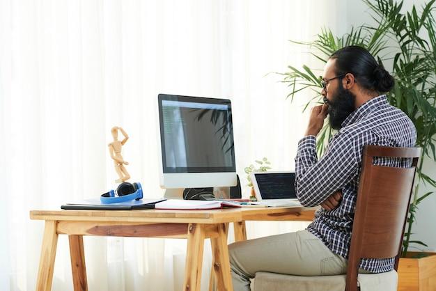 Programmeur door computermonitor Gratis Foto