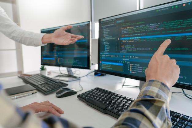 Programmeurs die codes op hun computers ontwikkelen Premium Foto