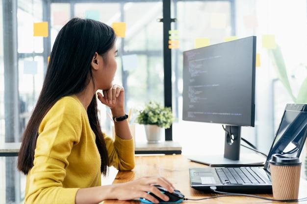 Programmeurs en ontwikkelaarsteams coderen en ontwikkelen software Premium Foto