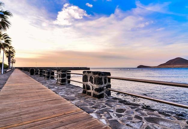 Promenade door de zee onder een mooie bewolkte hemel in de canarische eilanden, spanje Gratis Foto