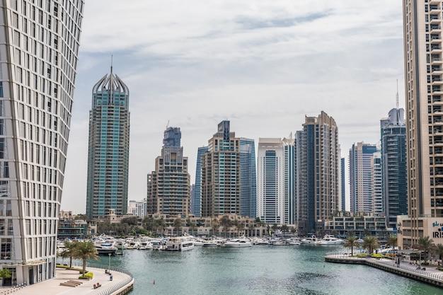 Promenade en kanaal in dubai marina met luxe wolkenkrabbers rond, verenigde arabische emiraten Gratis Foto