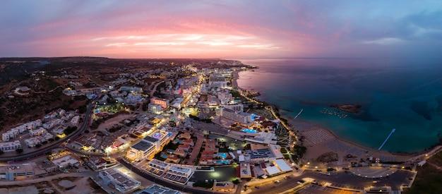 Protaras stad in cyprus bij zonsondergang Premium Foto