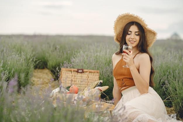 Provence vrouw ontspannen in lavendel veld. dame in een picknick. Gratis Foto