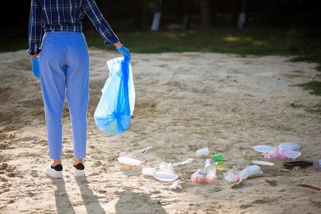 Prullenbak of afval op het strand. Premium Foto